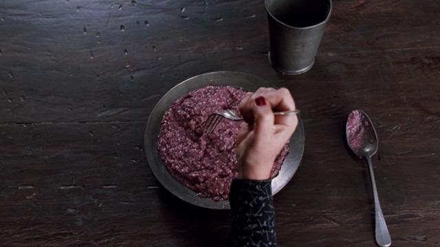 謎の内蔵カナッペ、ソースの下でうごめく何か…奇妙で闇ー!?な一家の食卓