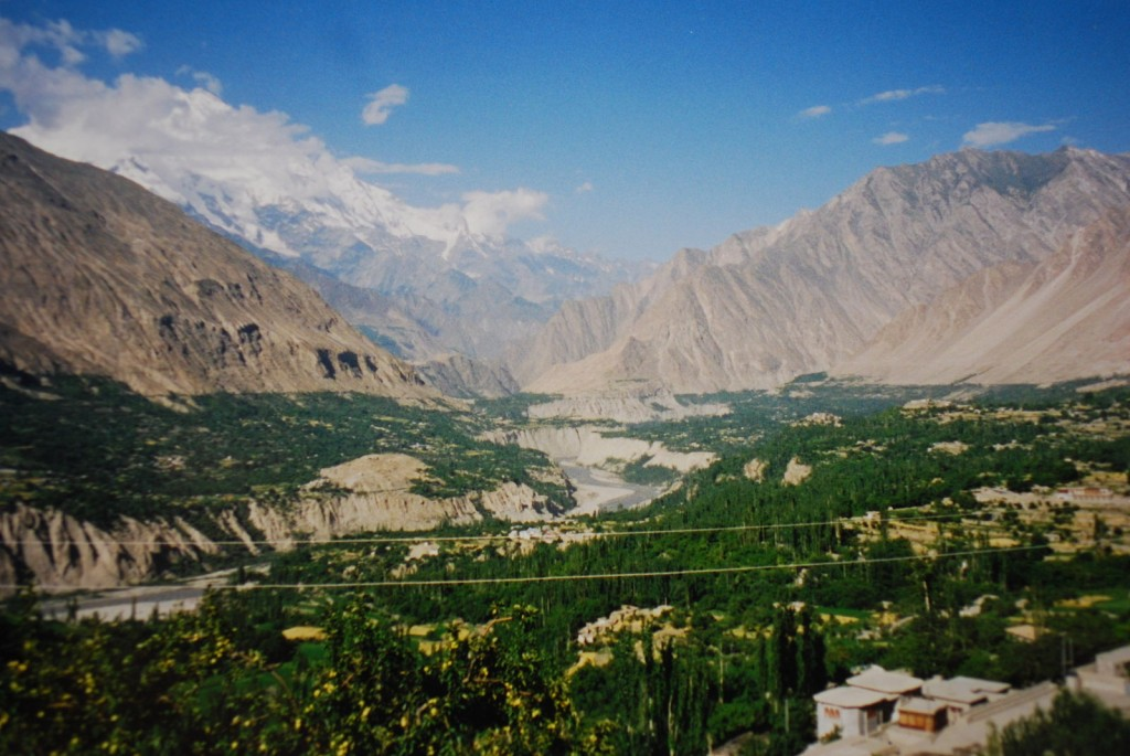 1600px-Hunza_valley,Mt.rakaposhi,karimabad,northern_areas,pakistan